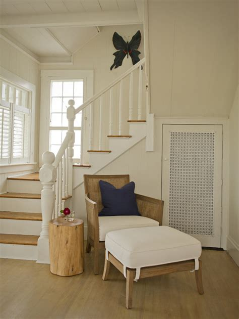 Mid sized elegant wooden l shaped staircase photo in boston