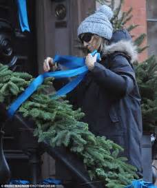 How To Decorate A House For Christmas Sarah Jessica Parker Decorates New York City Brownstone In