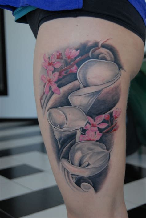 tatuaggi fiori neri coscia floreale tatuaggi biomeccanici biorganici e