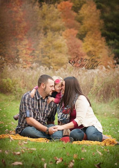 7 Fall Photo Poses by Family Of 3 Pose Fall Family Photography With Toddler