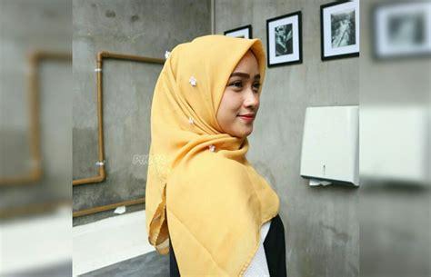 model hijab dua warna