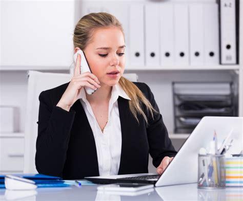 mujer hablando por tel 233 fono en la oficina descargar