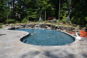 schwimmbad garten modern pool landscaping ideas with rocks and plants