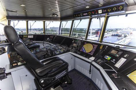 cabina di comando nave cabina di pilotaggio di una nave porta container enorme