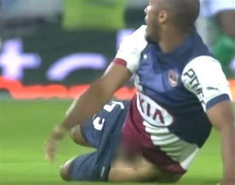 futbolistas con el bulto parado 161 el pene de un futbolista al descubierto en pleno partido