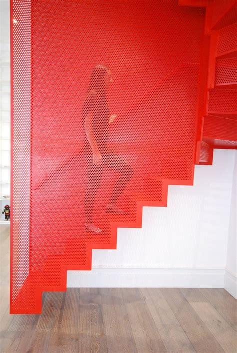Maravillosa  Casas Con Escaleras Interiores #8: Escaleras-metalicas-colgantes-rojas.jpg