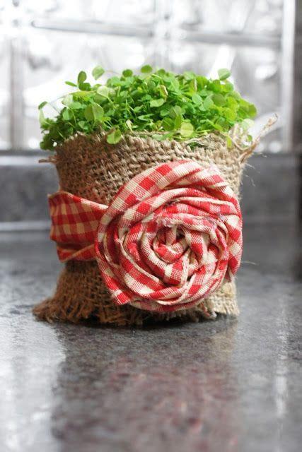 decorar macetas con arpillera para decorar una maceta rustica con arpillera y tela