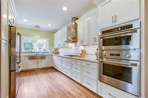 spacious kitchen  full family  cooks extra large