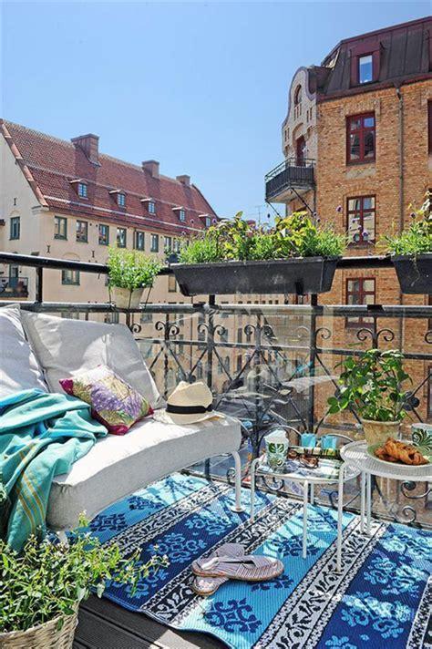 balkon teppich balkongestaltung ein kleiner ort voller entspannung und