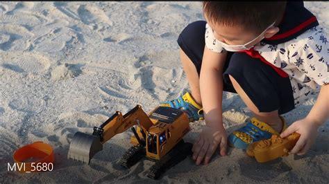 main mobil ekskavator mini  pantai pasir putih pik