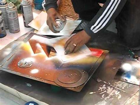 Sprei Arista artista callejero en san nicolas pintando con aerosol
