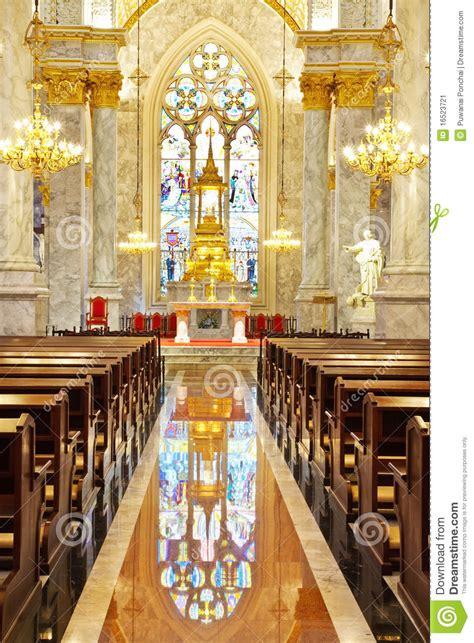 all interno interiore all interno di una chiesa cattolica immagine