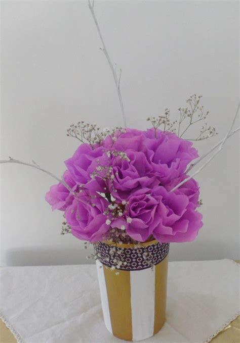 centro de mesa de flores de papel en lila y elementos naturales decorando con flores
