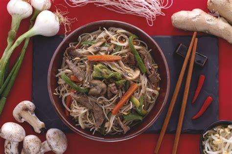 come cucinare gli spaghetti di riso cinesi ricetta spaghetti di riso con carne e verdure la ricetta