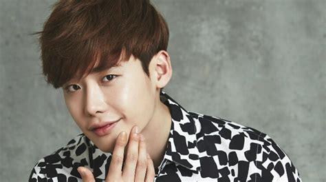 biography of korean actor lee jong suk official darling couple lee jong suk park shin hye