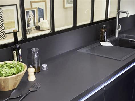 cuisine noir laqué plan de travail bois relooking industriel dans la cuisine joli place