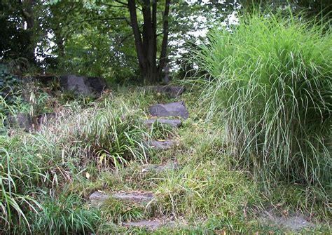 hangbepflanzung und trittstufen vorbild f 252 r hanggaerten
