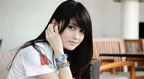 Kaos Band Isyana Sarasvati daftar 12 artis mudah terpopuler tercantik di indonesia