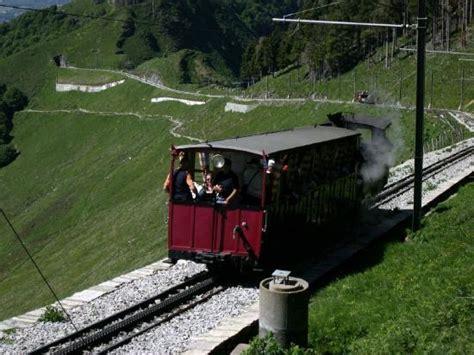 trenino a cremagliera panorama dalla vetta monte generoso foto di monte