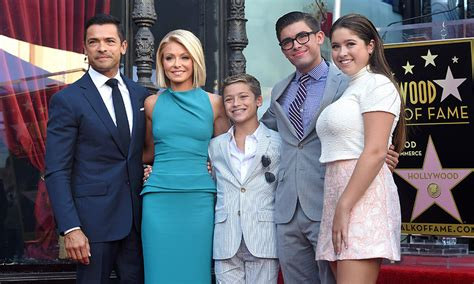 kelly ripas gorgeous daughter teaches mom how to take a kelly ripa says daughter lola isn t a fan of dad mark