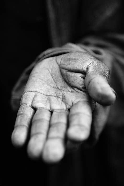 LIVRES PENSANTES: Da esmola esquecida à pobreza vivida