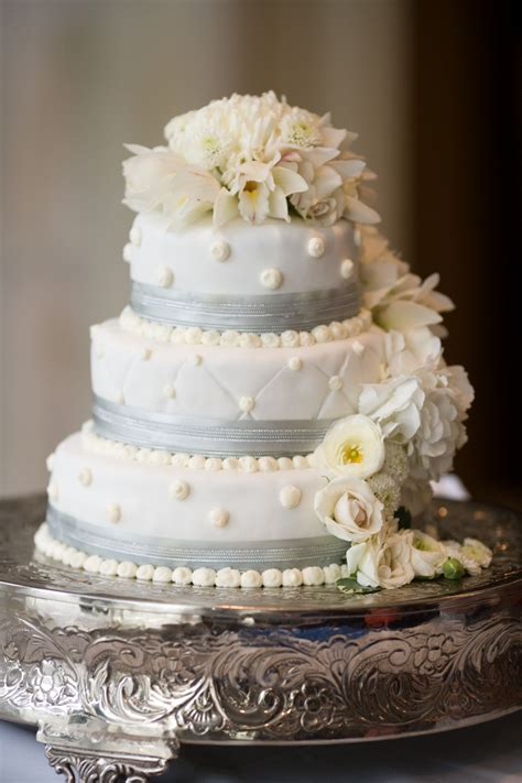 Wedding Cakes Minneapolis by Fresh Flowers On Wedding Cake White Wedding Cake With