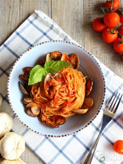 come si cucina spaghetti alle vongole spaghetti alle vongole al pomodoro ricettedalmondo it