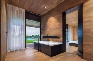plafond en bois et sol assorti dans une en bulgarie