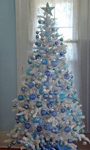 how do you decorate a white christmas tree decorated