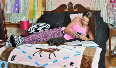 jeux de dans sa chambre fille caucasienne mignonne dans sa chambre 224 coucher image