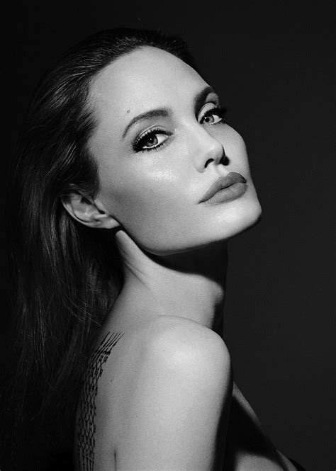Angelina Jolie linda na campanha do novo perfume da