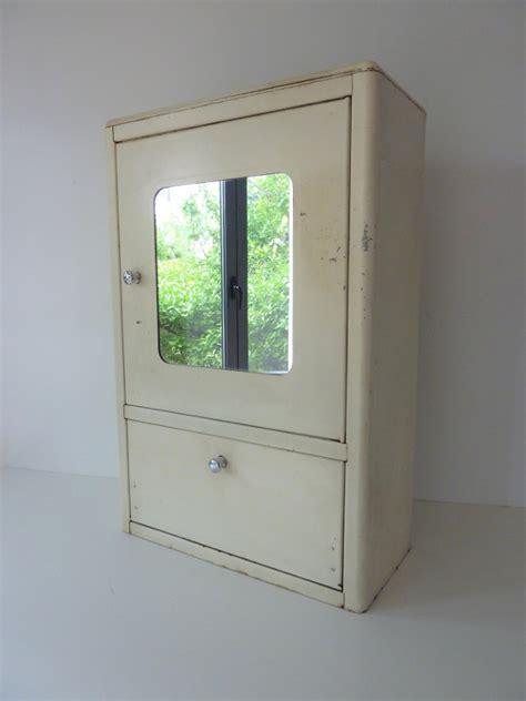 armoire à pharmacie vintage armoire 224 pharmacie avec miroir metallique vintage feeb s shop
