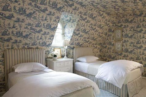 toile wallpaper bedroom toile de jouy you either love it or hate it designed