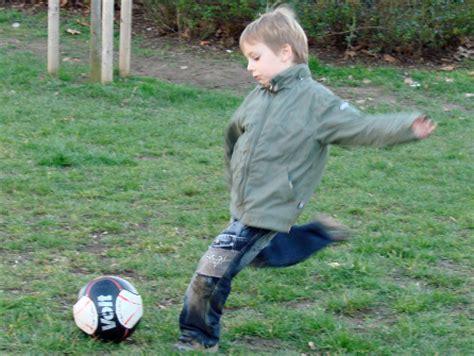 imagenes niños jugando en casa ni 241 o jugando futbol juanse