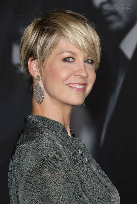 Jenna Elfman   Short haircut with bare ears and heavy bangs