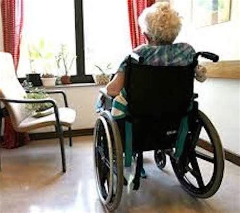 su una sedia scopare su una sedia