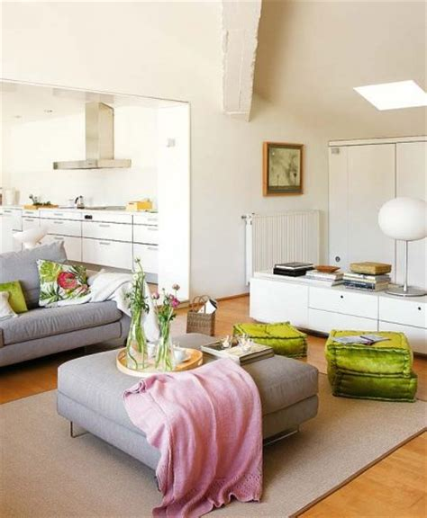 woonkamer wit met grijze roze en groene kleuraccenten