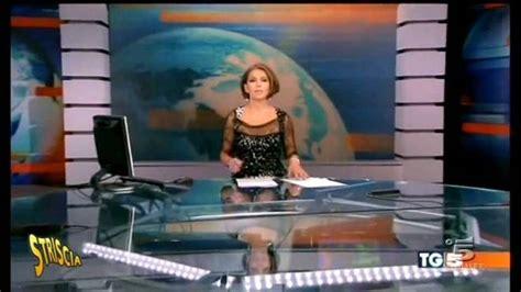 spiata sotto il tavolo tg5 la scrivania trasparente striscia la notizia