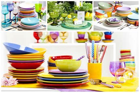 piatti e bicchieri colorati dalani piatti colorati a tavola con brio