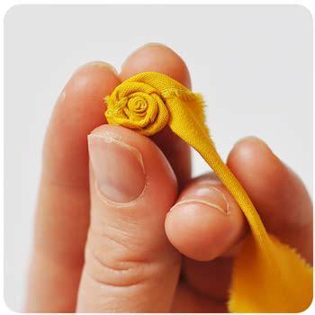fiori di stoffa come realizzarli fai da te per l estate i fiori di stoffa arrotolata