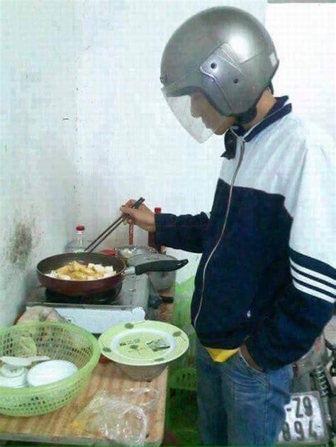 Helm Untuk Cowok lucu abis gimana jadinya kalau laki laki yg memasak