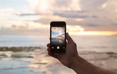 oboi peyzazh ruka kamera telefon iphone ekran snimok ayfon kartinki na rabochiy stol