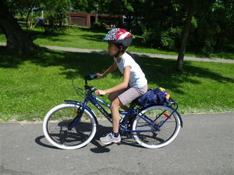 bike riding opus rambler 24 wheel kid s bike biking in a big city