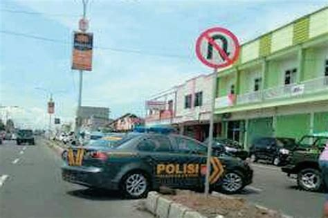membuat sim jember heboh foto mobil polisi melanggar rambu lalu lintas