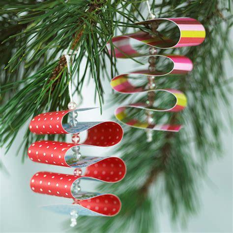 traditionelle weihnachtsbaum dekorieren ideen bastelideen mit papier bunter weihnachtsbaumschmuck