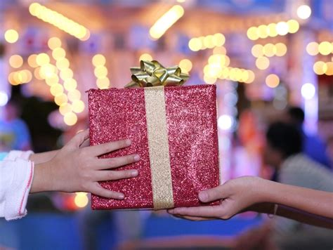 10 great holiday gifts for actors backstage