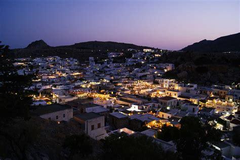 rodi turisti per caso lindos al crepuscolo viaggi vacanze e turismo turisti