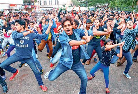 tutorial dance flash mob mob teaches fitness steps