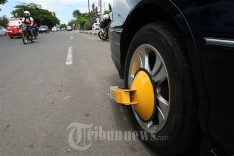 Gembok Parkir gembok ban mobil sembarang parkir foto 2 537441