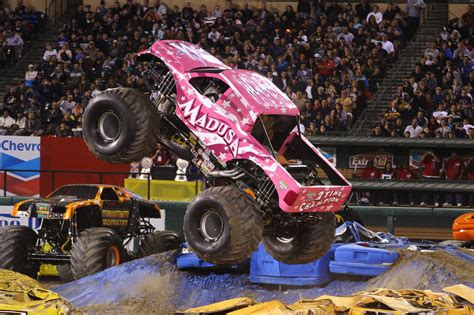 monster jam madusa truck madusa monster truck is crashing cars for the crowd